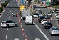La Guardia Civil durante un control a la A-3, en Valencia dirección Madrid
