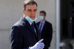 Pedro Sánchez, a su llegada a la fábrica de Móstoles que producirá respiradores.