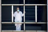 Un trabajador del Hospital Universitario de A Coruña se asoma al exterior durante la crisis provocada por la pandemia de coronavirus.