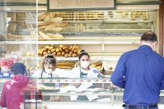 Una panadería atiende a clientes en Valencia