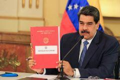 """AME9337. CARACAS (VENEZUELA), 31/03/2020.- Fotografía cedida por  que muestra al presidente de Venezuela, Nicolás lt;HIT gt;Maduro lt;/HIT gt; (c), durante el Consejo de Gobierno este martes el Palacio de Miraflores en Caracas (Venezuela). El presidente venezolano, Nicolás lt;HIT gt;Maduro lt;/HIT gt;, ofreció a Colombia este martes la donación de dos equipos de fabricación china para el diagnóstico del nuevo coronavirus, que padecen más de 900 personas y se cobró la vida de otras 16 en ese país sudamericano. """"Vamos a hacer una cosa, con las máquinas que van a llegar del envío próximo de China, vamos a enviar a Colombia dos máquinas para hacer exámenes al pueblo de Colombia"""", dijo el mandatario durante una sesión del Consejo de Estado -que reúne a las cabezas de los poderes públicos ante una emergencia nacional- celebrada en el palacio presidencial de Miraflores. /SOLO USO EDITORIAL/NO VENTAS"""
