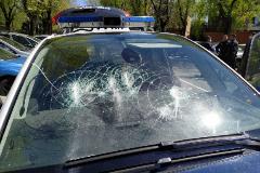 Estado en el que ha quedado uno de los vehiculos tras el ataque del individuo con las dos catanas.