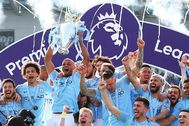 Brighton (United Kingdom), 12/05/2019.- (FILE) - Manchester City captain Vincent Kompany (3-L) lifts the trophy among teammates after the English lt;HIT gt;Premier lt;/HIT gt; League match between Brighton and Hove Albion and Manchester City in Brighton, Britain, 12 May 2019 (re-issued on 03 April 2020). The clubs of the English lt;HIT gt;Premier lt;/HIT gt; League will ask players to take a 30 per cent wage cut in response of the ongoing coronavirus COVID-19 pandemic, the clubs agreed at a meeting on 03 April 2020. (Reino Unido) EPA/