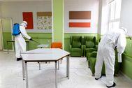 Soldados de la UME desinfectan una residencia de mayores.