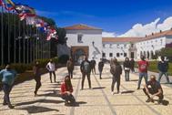Los alumnos confinados en La Rábida junto a la sede onubense.