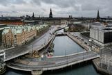 Vista del área del Parlamento danés completamente vacía en Copenhague.