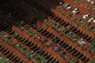 Sepultureros cavan fosas individuales ante el aumento de muertes diarias por coronavirus en Brasil. Los entierros exprés se han convertido en costumbre en el cementerio de Vila Formosa, el más grande de América Latina, con una extensión de 750.000 metros cuadrados y en el que cerca de 1,5 millones de personas están enterradas.