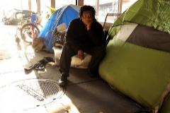 Raven junto a su tienda de campaña, en Washington.