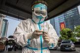 Un trabajador sanitario se prepara para tomar muestras de coronavirus en la ciudad china de Wuhan.
