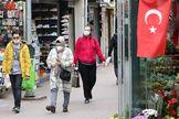 Varias personas transitan protegidas con mascarillas por las calles de Ankara.