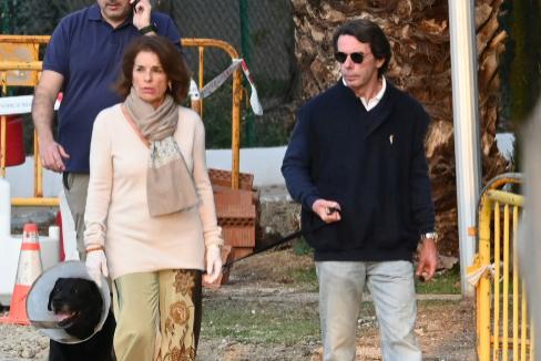 Los Aznar, paseando con su perro el viernes 14 de marzo en Marbella. Aún no estábamos confinados.