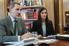 Los Reyes, durante una videoconferencia en Zarzuela en plena crisis coronavírica.