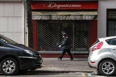 Paris (France).- A man wearing a protective facial mask walks by a shop named Elegantissimo in the 15th district of Paris, France, 03 April 2020. France is under lockdown in an attempt to stop the spread of the SARS-CoV-2 coronavirus causing the COVID-19 disease. ( lt;HIT gt;Francia lt;/HIT gt;) EPA/