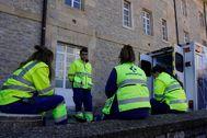 Varios sanitarios charlan durante un descanso en su actividad esta mañana en Vitoria.