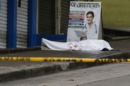 QUI01. lt;HIT gt;GUAYAQUIL lt;/HIT gt; (ECUADOR).- Fotografía cedida por el Diario Expreso que muestra un cadáver abandonado a las afueras de un centro médico, este miércoles en el sector la Casuarina, en lt;HIT gt;Guayaquil lt;/HIT gt; (Ecuador). La fulminante propagación del coronavirus en la zona de lt;HIT gt;Guayaquil lt;/HIT gt;, una de las ciudades del lt;HIT gt;mundo lt;/HIT gt; más castigadas por el coronavirus per cápita, ha creado una situación de abandono de cadáveres que las autoridades tratan de resolver.  /Cortesía Diario Expreso/SOLO USO EDITORIAL/PROHIBIDO SU USO EN ECUADOR