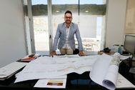 El concejal del Urbanismo de Alicante, Adrián Santos, en su despacho.