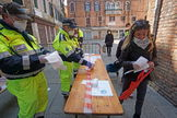 Venice (Italy).- Civil Protection staff at the entrance to the fruit and vegetable and fish market in Rialto distribute gloves and protective masks and control access for citizens, Venice, Italy, 4 April 2020. Countries around the world are taking increased measures to stem the widespread of the SARS-CoV-2 coronavirus which causes the COVID-19 disease. ( lt;HIT gt;Italia lt;/HIT gt;, Niza, Venecia) EPA/