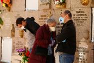 04/04/2020.Foto Javier Barbancho.Leganes Comunidad de lt;HIT gt;Madrid lt;/HIT gt;. lt;HIT gt;Madrid lt;/HIT gt; lt;HIT gt;CORONAVIRUS lt;/HIT gt; 16 dia maxima alarma entierro en Cementerio Sur,,Familiares dan su ultimo adios a su padre de 83 años hijos y viuda en la foto Rafael Catalan muerte por COVID-19