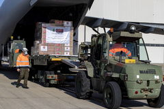 Un avión con material sanitario procedente de Turquía descarga en Roma.