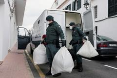 Agentes de la Guardia Civil transportan ropa a una lavandería de la residencia de ancianos de Es Mercadal, en Menorca.