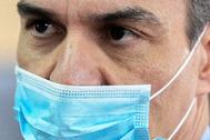 Pedro Sánchez, el viernes, con mascarilla, durante una visita a una fábrica.