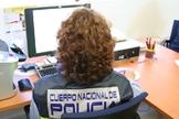 Una agente de la Policía Nacional, ante un ordenador.