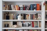 Una libreria en una vivienda de Madrid.