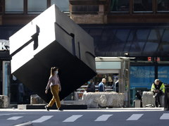 New lt;HIT gt;York lt;/HIT gt; (United States).- A woman walks past the The Alamo / Astor Place Cube along Astor Place in New lt;HIT gt;York lt;/HIT gt;, New lt;HIT gt;York lt;/HIT gt;, USA, 04 April 2020. New lt;HIT gt;York lt;/HIT gt; City is still considered the epicenter of the lt;HIT gt;coronavirus lt;/HIT gt; outbreak in the United States and most people are still being asked to stay at home to stop the spread of the lt;HIT gt;coronavirus lt;/HIT gt; and minimize the number of COVID-19 patients needing medical attention. (Estados Unidos, lt;HIT gt;Nueva lt;/HIT gt; lt;HIT gt;York lt;/HIT gt;) EPA/