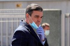 ASÍ NO SE QUITA, SEÑOR PRESIDENTE. La imagen de Pedro Sánchez protegiéndose con mascarilla y guantes es oportuna. Concuerda, al menos, con el estado de alarma por razones sanitarias en el que vivimos todos. Sánchez visitaba la empresa Hersill en Móstoles (Madrid), que ha comenzado a fabricar respiradores.  Eso sí, el presidente cometió un error: al quitársela, hay que agarrar las tiras de las orejas para no contaminar la parte delantera.