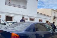Dos agentes de la Guardia Civil ponen la multa al alcalde de La Parra.