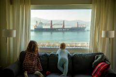 Dos niñas mirando desde la ventana en Santander.