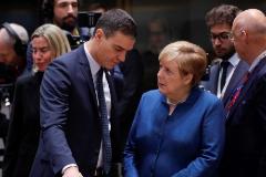 El presidente del Gobierno, Pedro Sánchez, y Angela Merkel