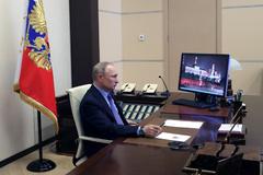Vladimir Putin, desde su despacho en el confinamiento fuera del Kremlin.