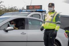 Miembros de la Guardia Civil de Tráfico realizan un control a la salida de Lugo