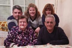 Emilio Matamoros, con su mujer, María, y sus tres hijos.