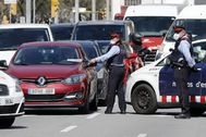 GRAFCAT4368. BARCELONA.- lt;HIT gt;Mossos lt;/HIT gt; d'Esquadra realizan un control a los vehículos que circulan por el centro de Barcelona, este lunes, vigesimotercer día de confinamiento por el estado de alerta declarado por el Gobierno por la pandemia de coronavirus.