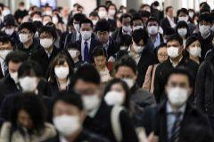 Cientos de personas acuden al trabajo en Tokio, con mascarillas.