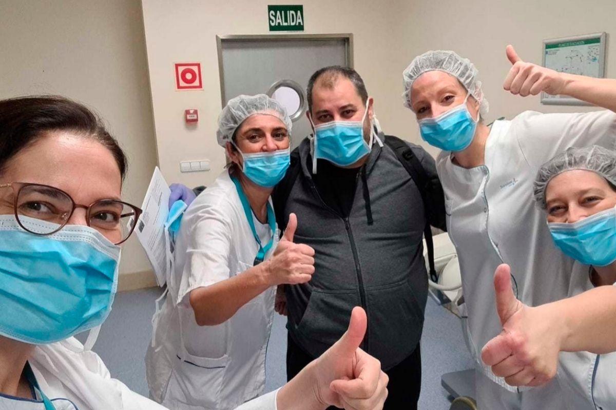Tomás, con las enfermeras, el día en que recibió el alta.