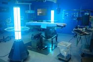 Dos máquinas UVR desinfectando un quirófano en la Clínica Universidad de Navarra.