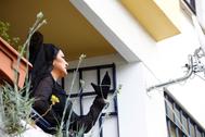 Una saetera de mantilla canta desde un balcón en Córdoba.