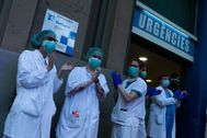 Sanitarios aplauden frente al Hospital Dos de Maig de Barcelona.