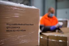 Descarga de material sanitario enviado por el Ministerio de Sanidad para hospitales y residencias catalanas.