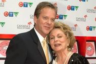 El actor Kiefer Sutherland junto a su madre Shirley Douglas en 2005.