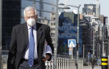 Josep Borrell, con mascarilla en Bruselas.