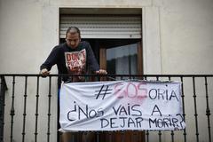 Un vecino de Soria, con una pancarta reivindicativa en su balcón.