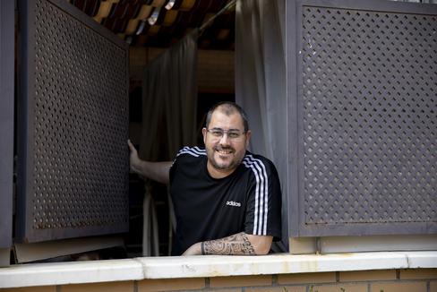 Tomás Cano, ya de alta tras estar intubado, en su casa.