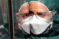 Una trabajadora sanitaria con equipo de protección contra el coronavirus en Roma.