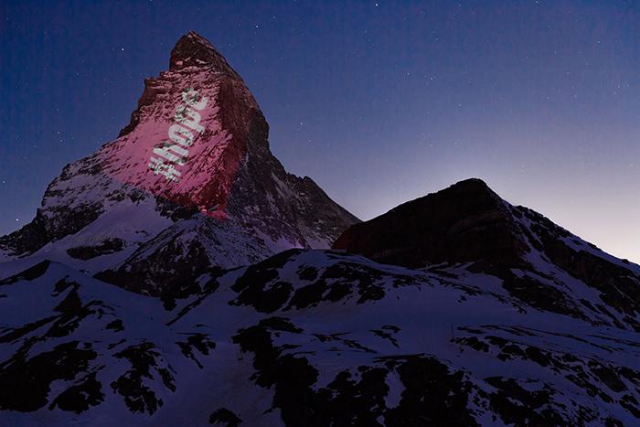 El Cervino iluminado: los mensajes de esperanza de la cumbre más famosa de los Alpes