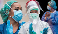 Varias enfermeras aplauden tras darle el alta a un enfermo.