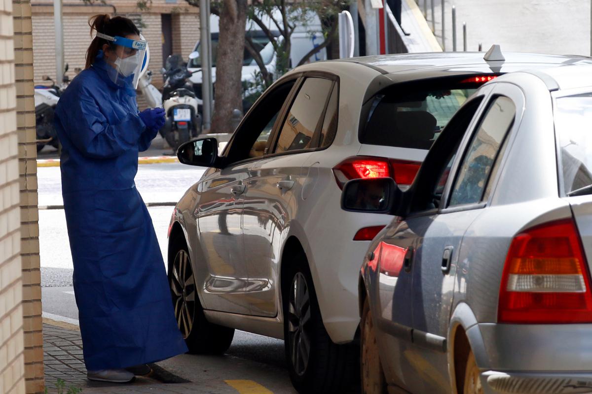 El Hospital General de Castellón también realiza test en la puerta principal a los sanitarios que acuden con sus vehículos.